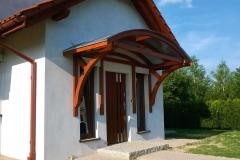 Daszek drewniany nad wejściem